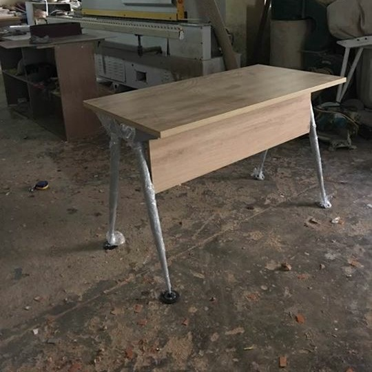 Bàn ghế gỗ chân sắt 02